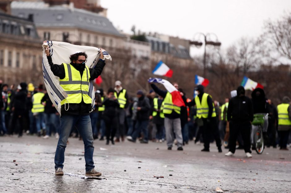 """Chaosas Paryžiuje: """"geltonosios liemenės"""" vėl susirėmė su policija"""