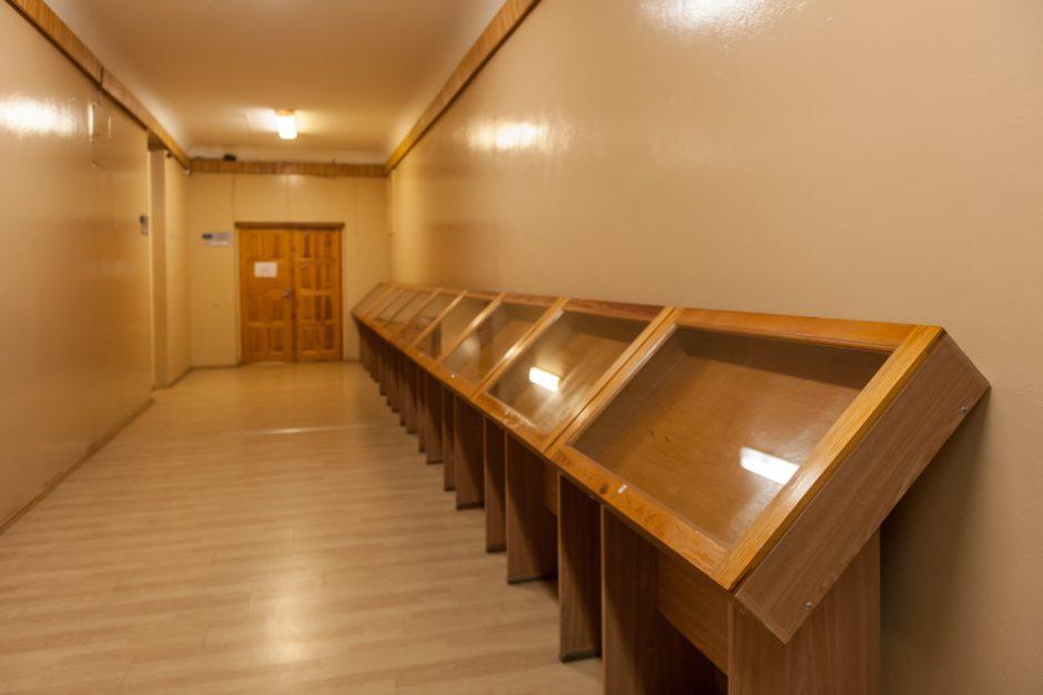 Pedagogų biblioteka virs tualetinio popieriaus ritinėliais?