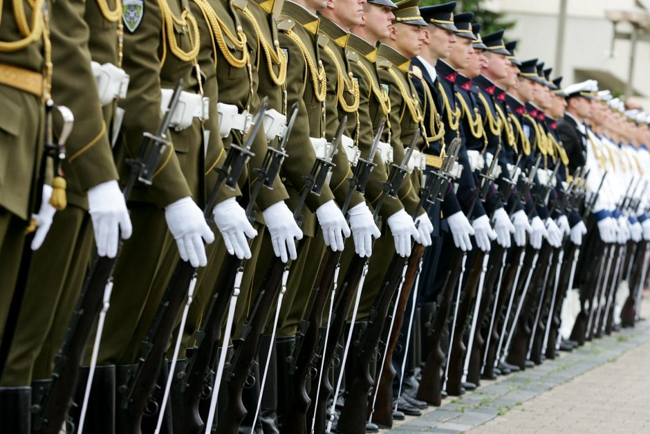 Kariuomenę kūrusius karius uždrausta iškeldinti iš tarnybinių butų