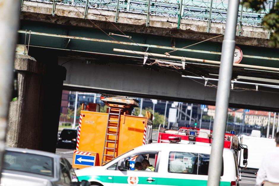 Juozapavičiaus pr. kranas kliudė tiltą, buvo sutrikdytas troleibusų eismas