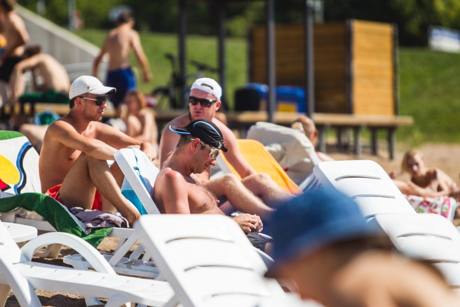 Kauniečiai karštą vasaros dieną leidžia prie vandens telkinių