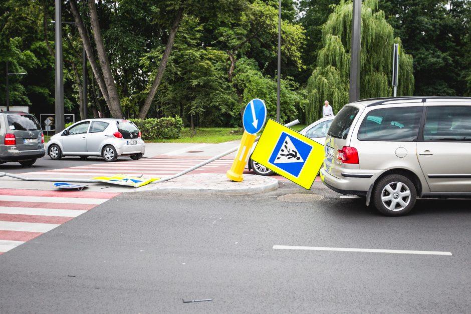 Automobilio nesuvaldęs vairuotojas ant Parodos kalno išvartė naujus kelio ženklus