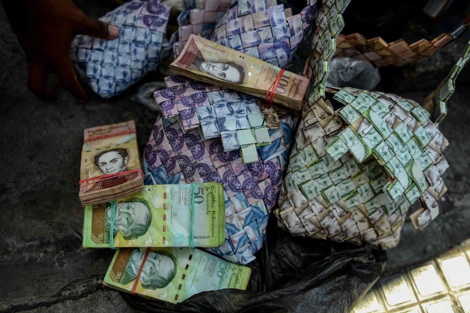 Vyras iš beverčių pinigų gamina krepšius