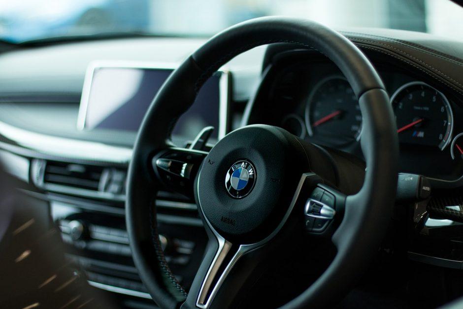 Kaune siautėjo BMW keleiviai – išspyrė policijos automobilio langą