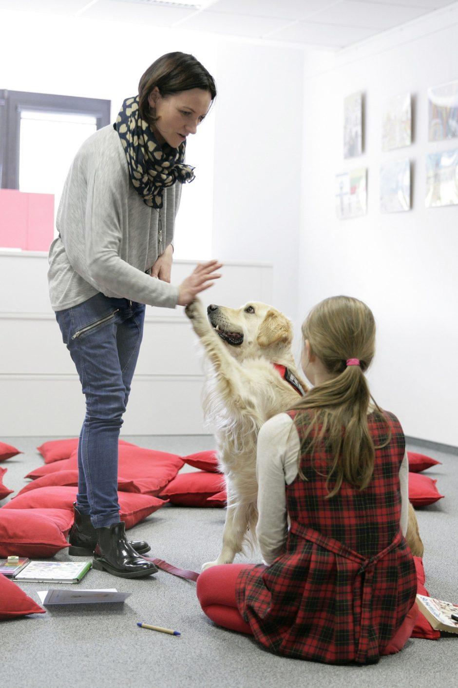Skaitymas su šunimi padeda ne tik vaikams, bet ir po insulto ar sergant Alzheimeriu