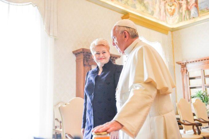 Popiežius Pranciškus laiške prezidentei teigia šiltai laukiantis vizito į Lietuvą