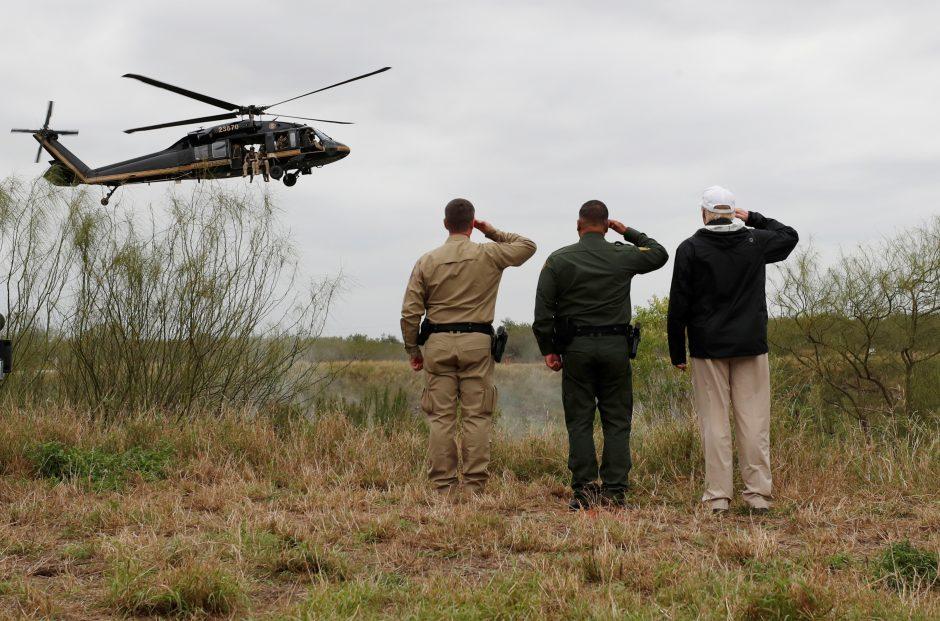 Pinigų sienos statyboms reikalaujantis D. Trumpas apsilankė JAV ir Meksikos pasienyje