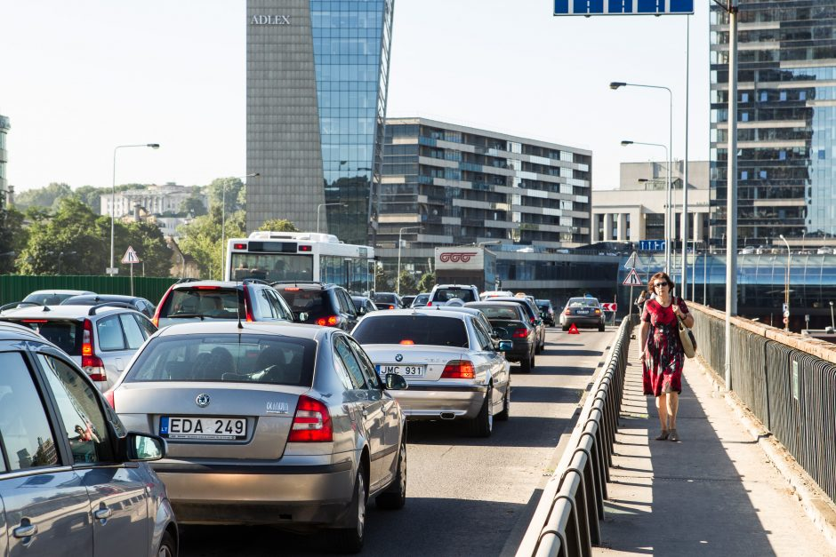 Kokia Lietuvoje važinėjančių automobilių metinė rida?