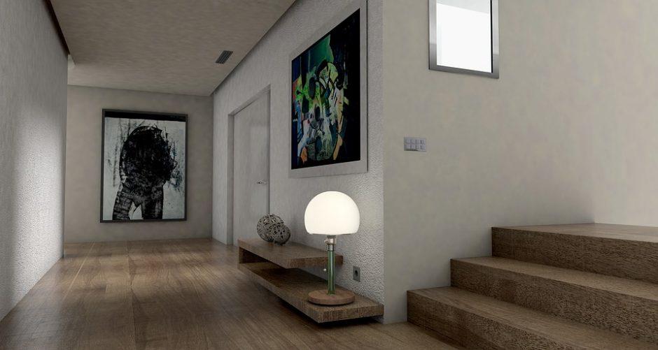 Tarp drąsių interjero sprendimų – tamsus koloritas ir mediena
