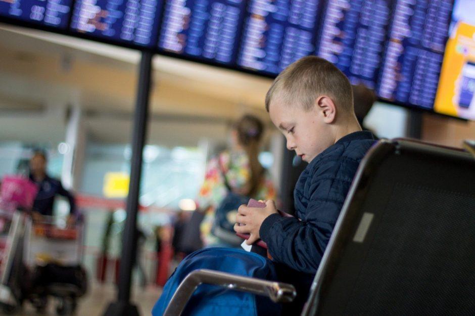 Kas nutiktų jei oro uoste paliktumėte savo vaiką? Viena mama netyčia tai išsiaiškino