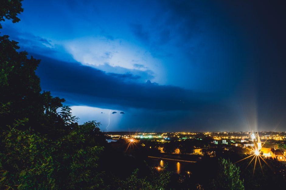 Kaune naktinė audra itin didelės žalos nepridarė, nors be elektros buvo likę tūkstančiai gyventojų