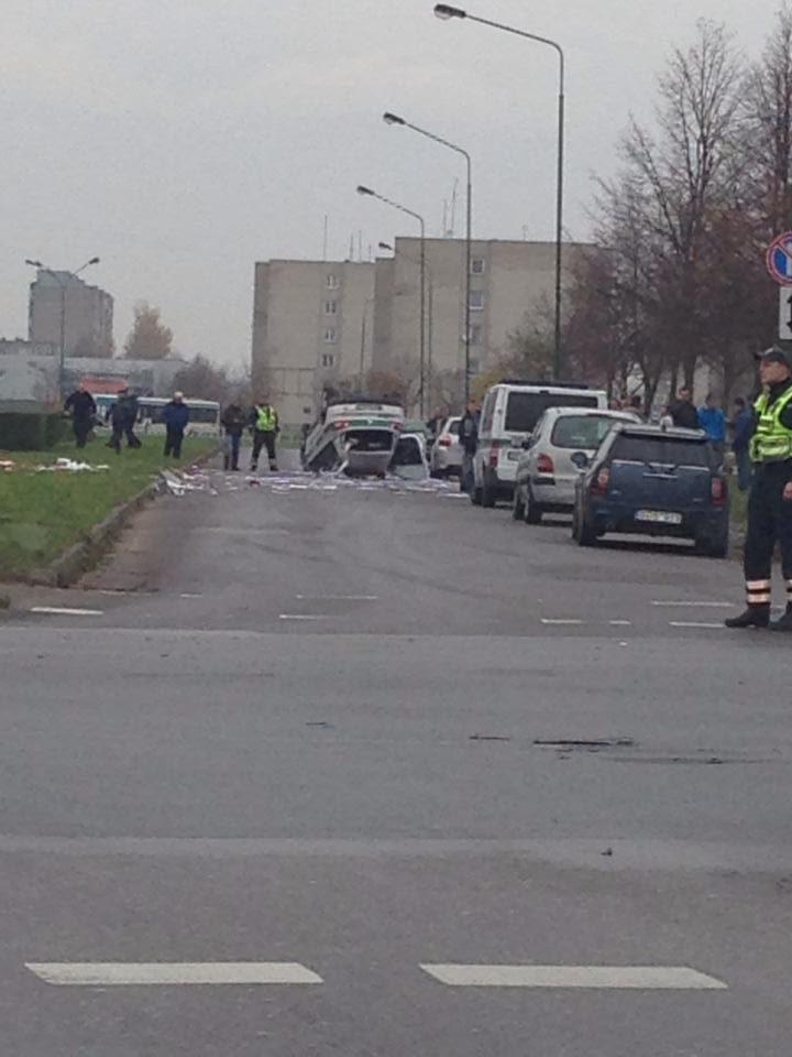 Skubantys į pagalbą pareigūnai patys pateko į avariją, jų automobilis apsivertė