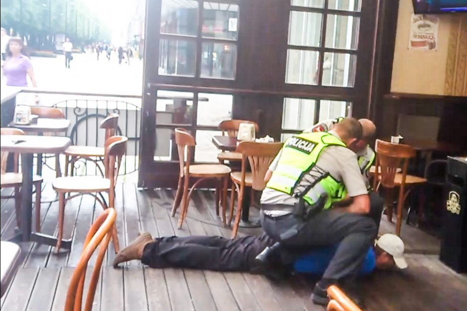 Banke ir gatvėje siautėjęs vyras peiliu sužeidė apsaugininką (unikalūs kadrai)
