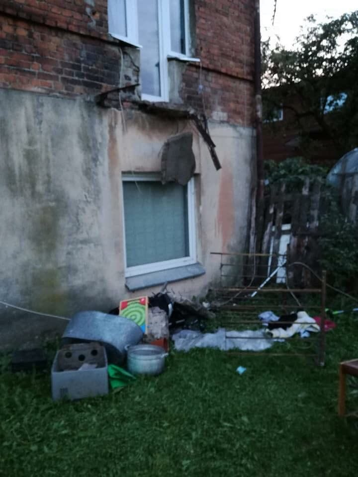 Per plauką nuo tragedijos: nukrito balkonas su žmonėmis (savivaldybės komentaras)
