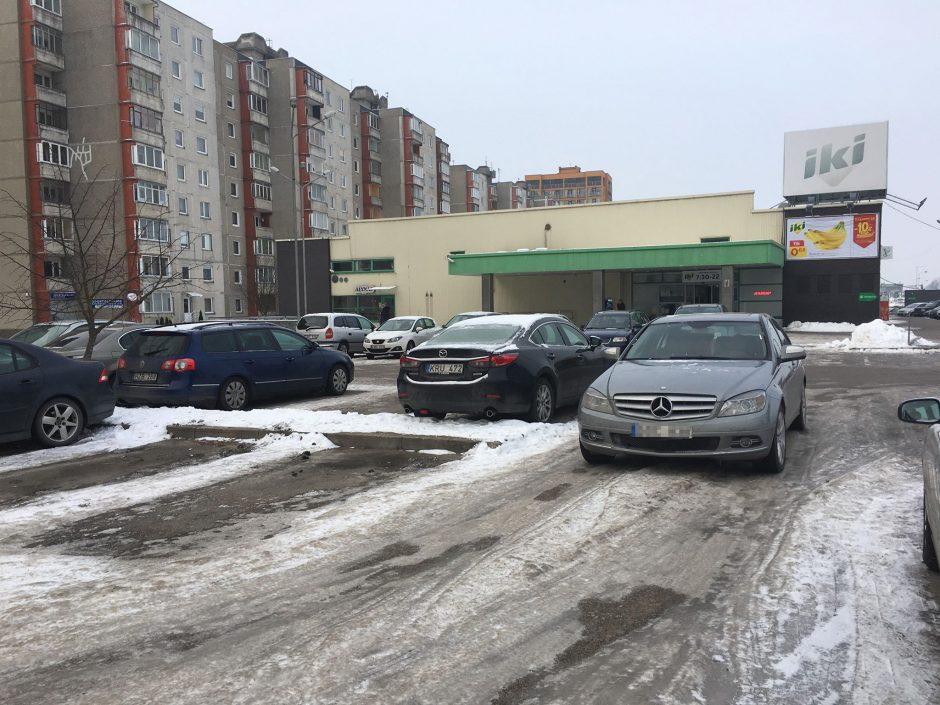 """Įžūlumo viršūnė: """"Mercedes-Benz"""" paliko tiesiog ant išvažiavimo"""