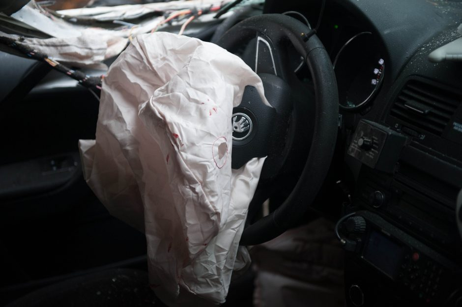 """Girtos moters vairuojamas """"Opel"""" rėžėsi į policijos automobilį"""