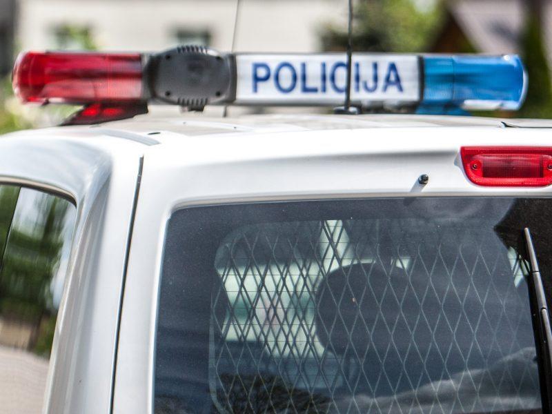 """Girtas kaunietis apgadino pareigūnų """"VW Caddy"""""""