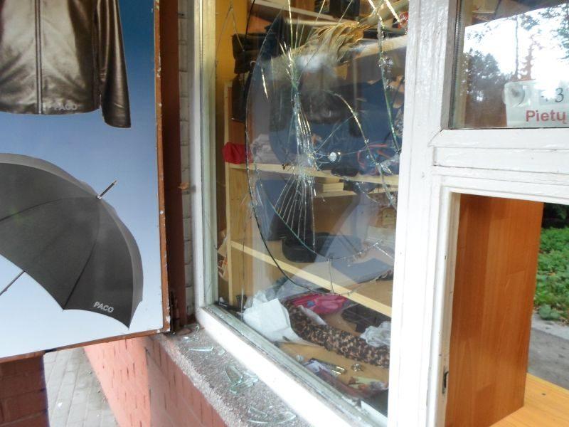 Klaipėdoje įpykusi klientė į batų taisyklos langą sviedė plytą