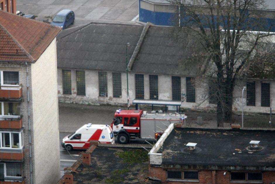 Klaipėdos ugniagesiams pranešta apie miesto centre degantį namo stogą