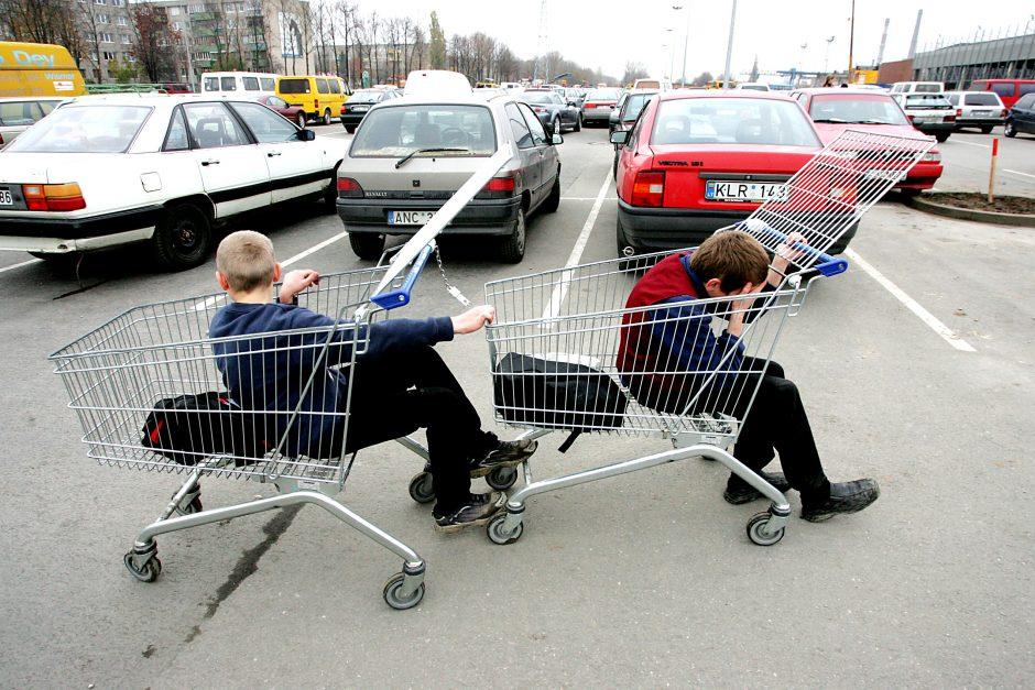 Lenktynės - vogtais pirkinių vežimėliais