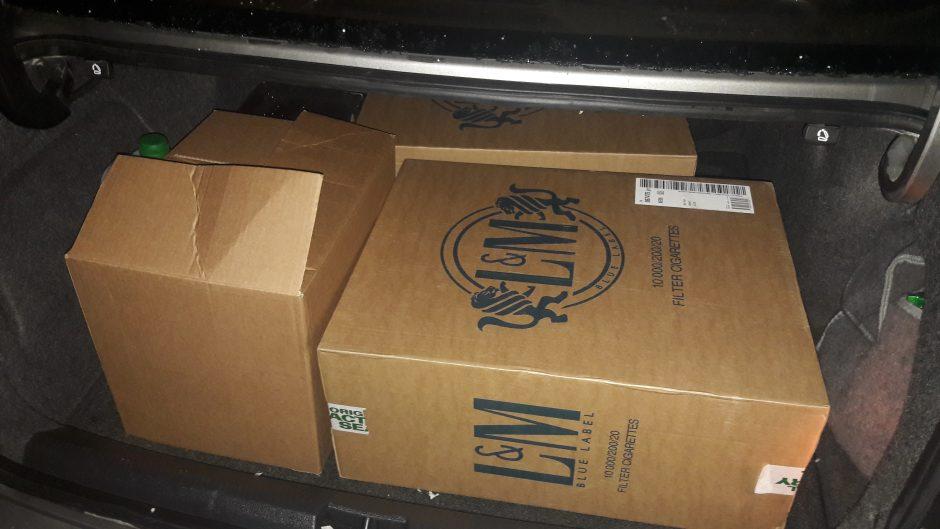 Klaipėdietis automobilio bagažinėje vežė tūkstantį pakelių cigarečių
