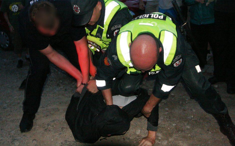Girtas sulaikytasis galva smogė policininkui