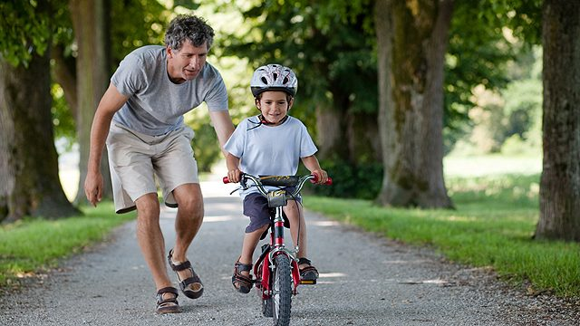 Vaikas ant dviračio