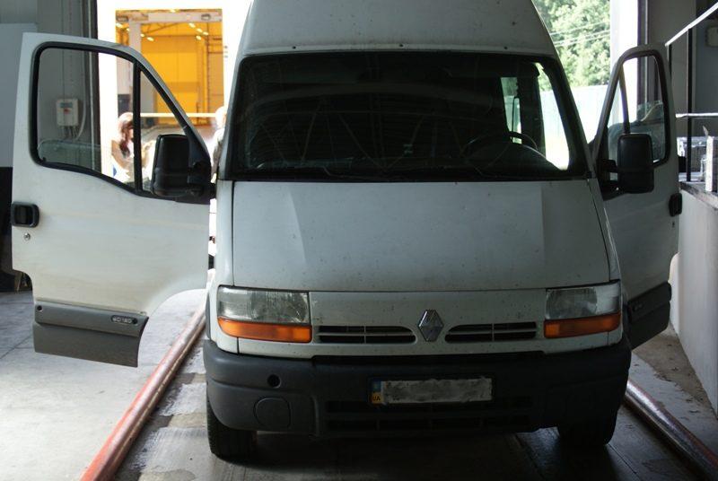 Ukrainietis mikroautobuso slėptuvėje gabeno beveik 9 tūkst. pakelių cigarečių