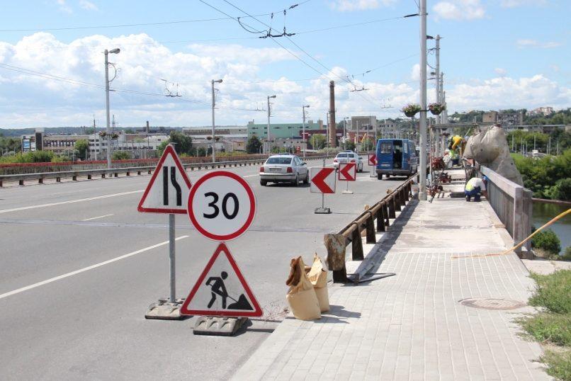 Varnių tilto turėklai gelbėjami nuo rūdžių