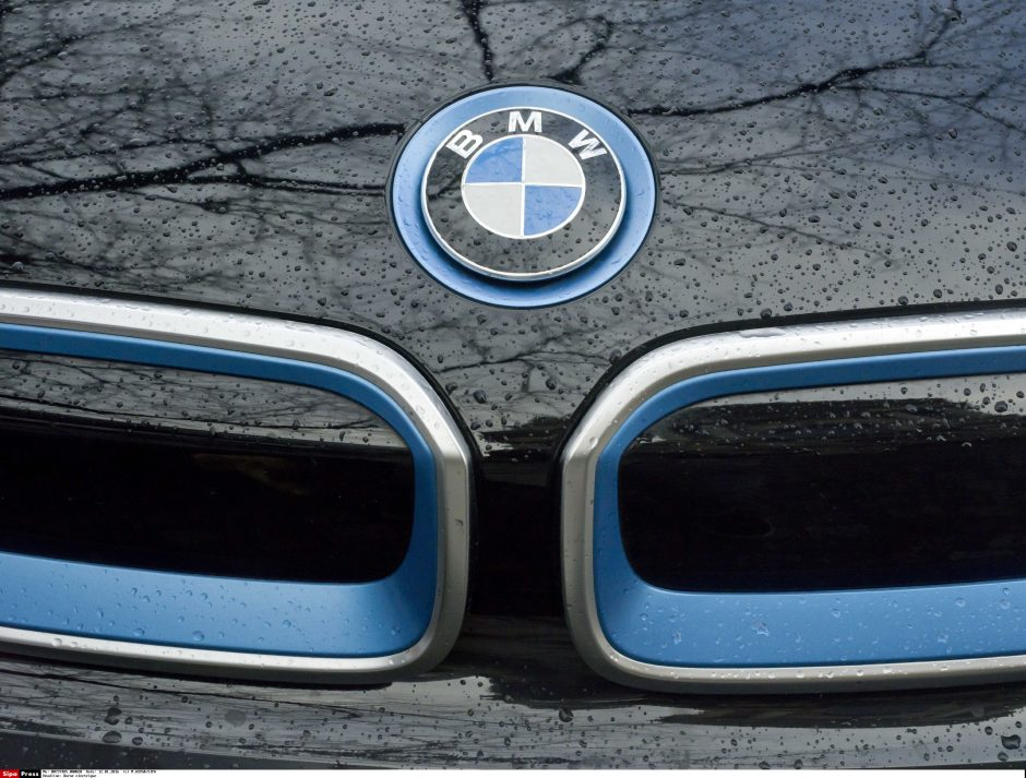 Girtas jaunuolis pyktį išliejo ant dviejų BMW