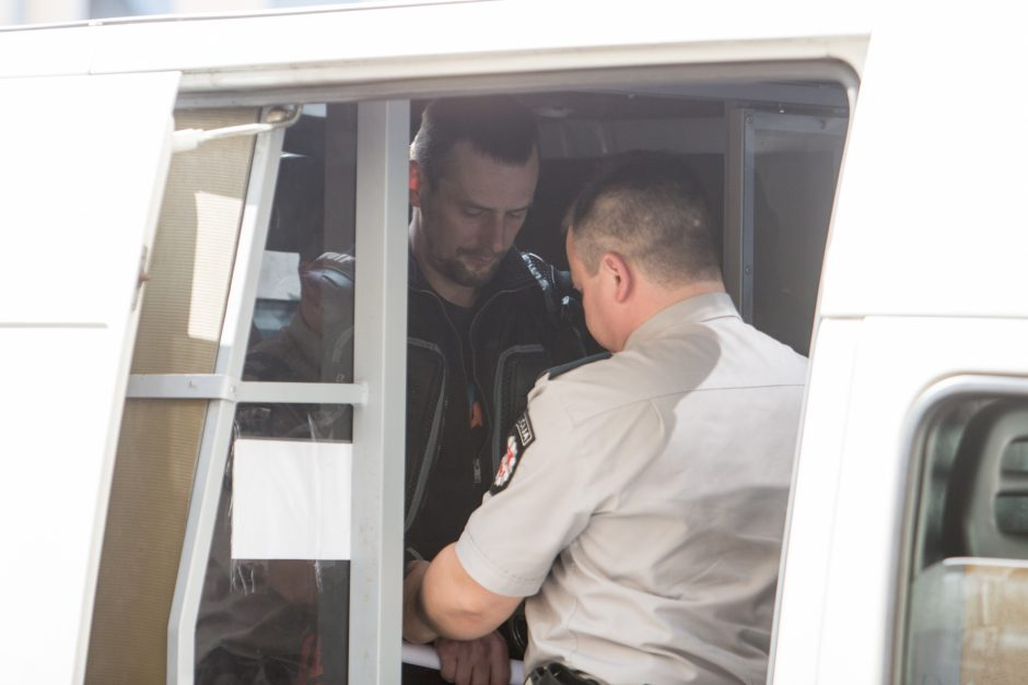 Motociklininkas Igoris Varaksinas atvežtas į teismą