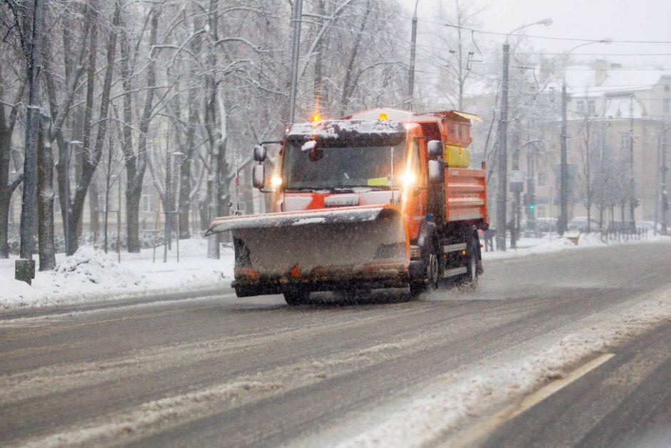Keliuose yra slidžių ruožų, naktį snigs