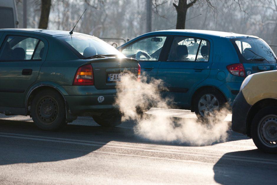 Dūmijantis automobilis – signalas apie rimtus gedimus