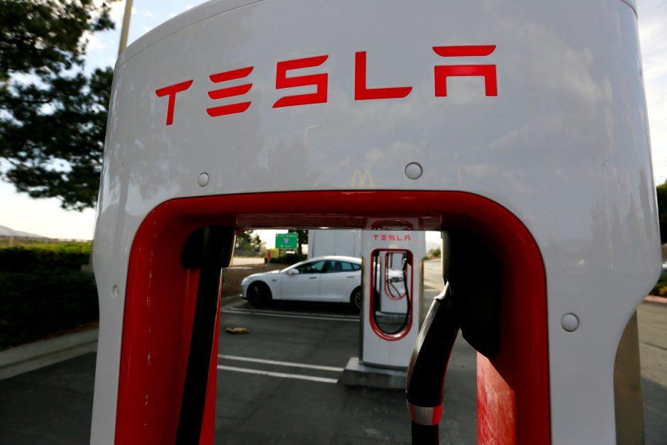 """""""Tesla"""" nemokamai suremontuos žmogų išgelbėjusio vokiečio automobilį"""