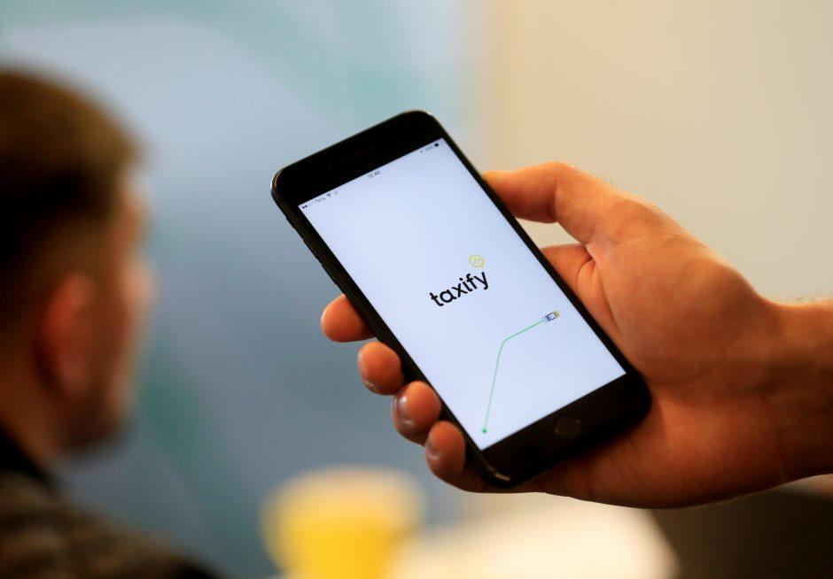 """""""Taxify"""" ir """"Uber"""" vairuotojai streikuoja ir reikalauja didesnio atlygio"""