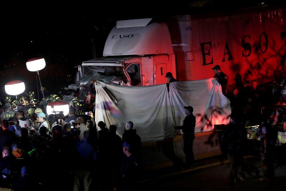 Meksikoje sunkvežimiui įsirėžus į automobilius žuvo devyni žmonės