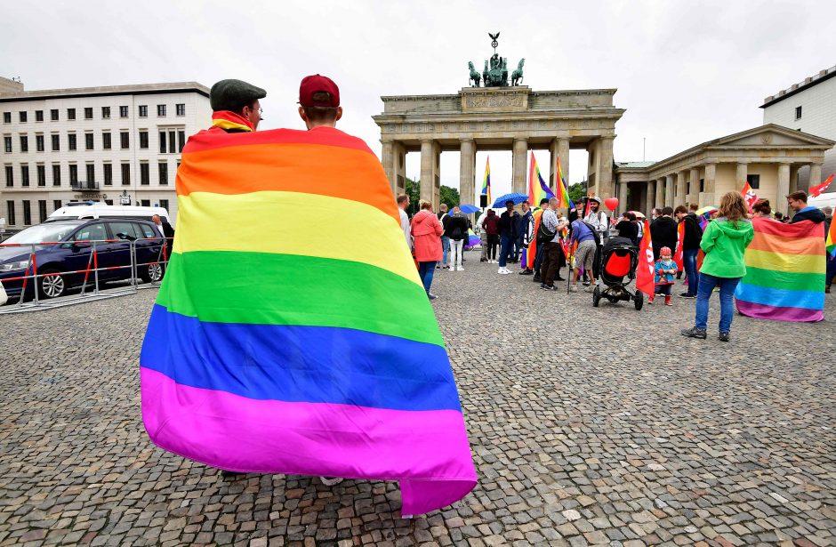 Vokietijoje pirmąkart leista įsivaikinti vienalytei porai
