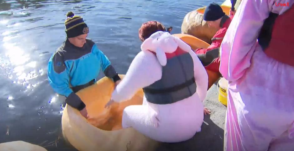 Helovino karštinė: belgai iš moliūgų pasigamino valtis