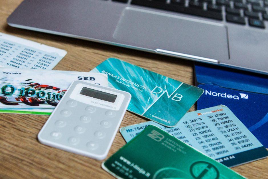 Tyrimas: mokėjimo kortelių turėtojus glumina sudėtinga kainodara