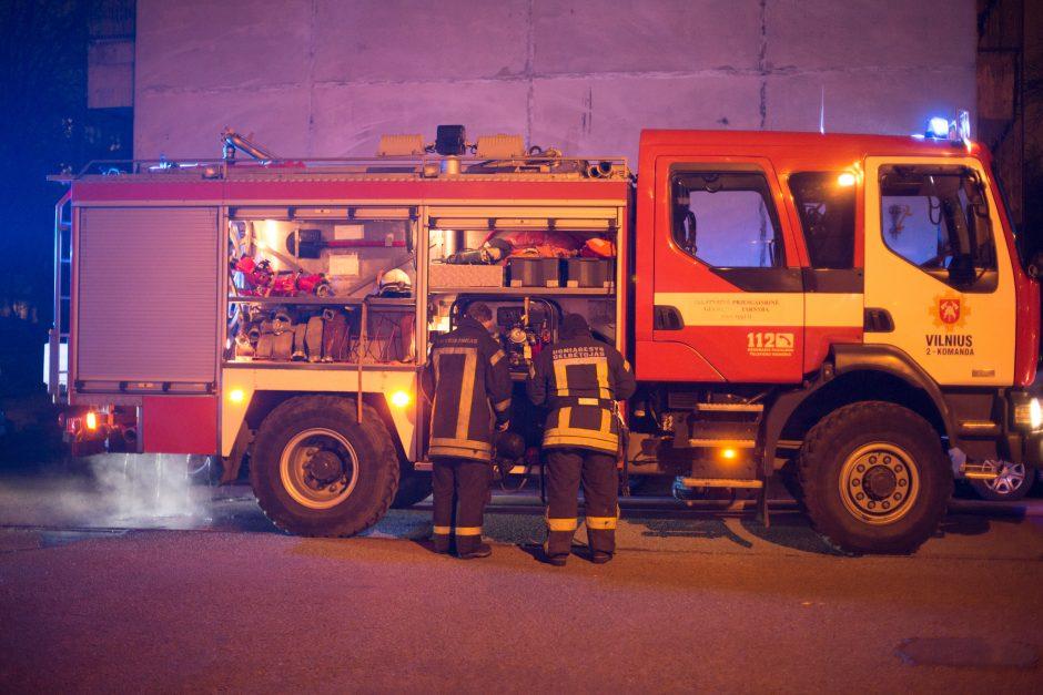 Eiliniai ugniagesiai keitė savo vadovų automobilių padangas?
