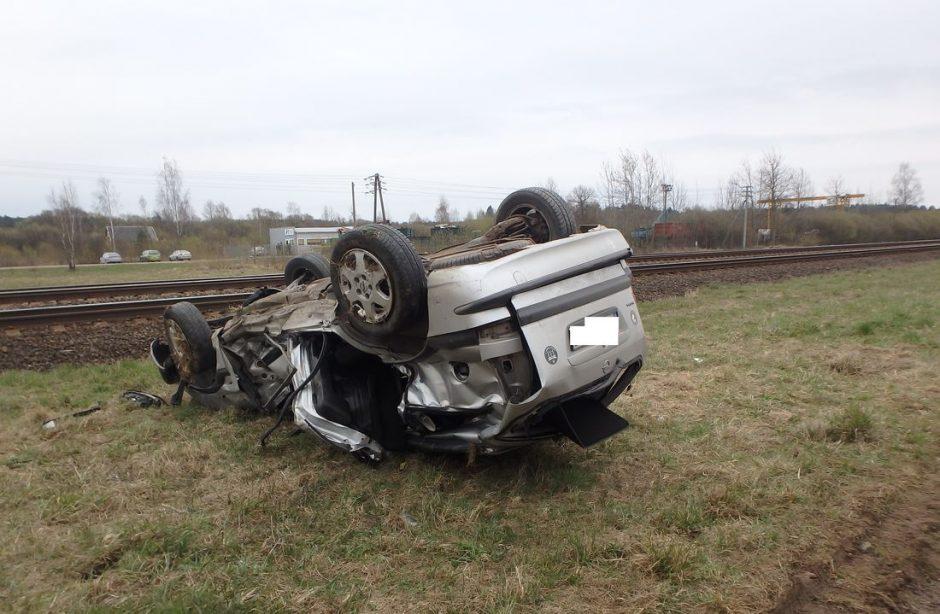 Kėdainiuose susidūręs su traukiniu žuvo automobilio vairuotojas