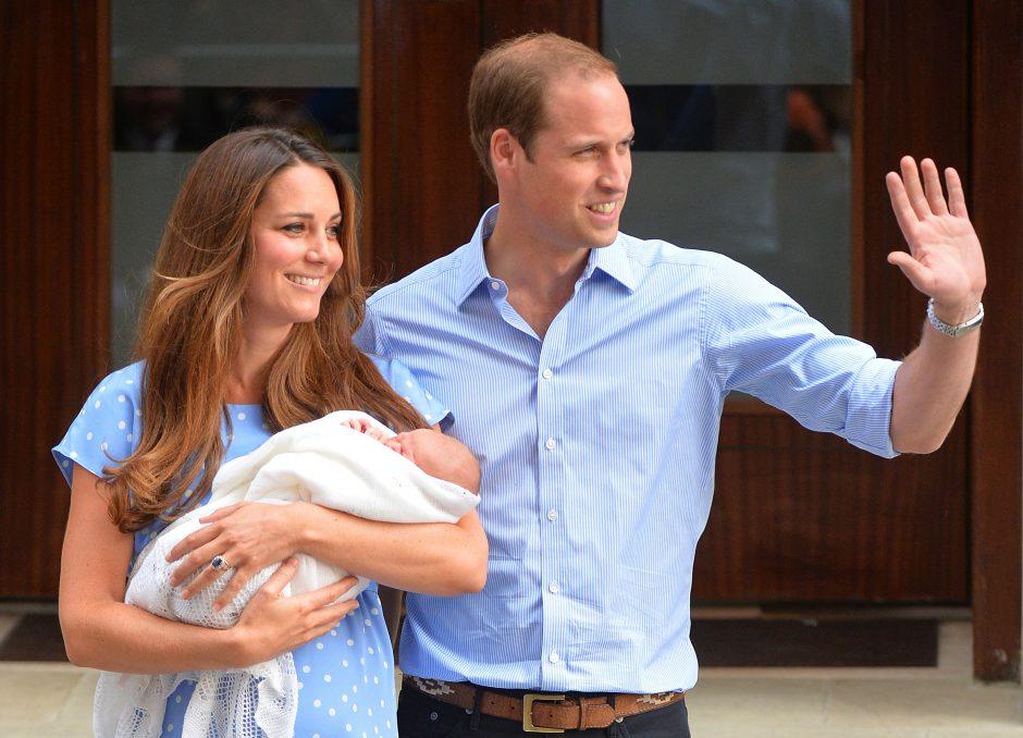 Britanijos karališkoji pora Williamas ir Kate išėjo iš ligoninės su pirmagimiu rankose
