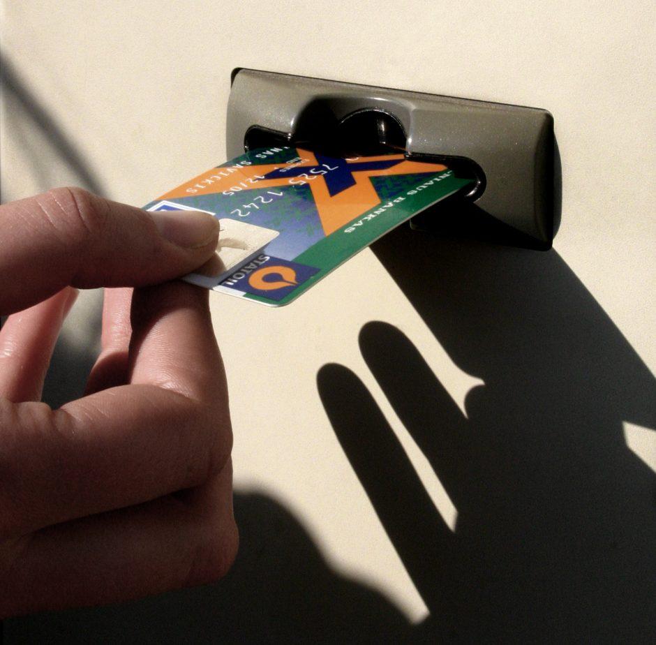 Dėl neveikiančių bankomatų – panika