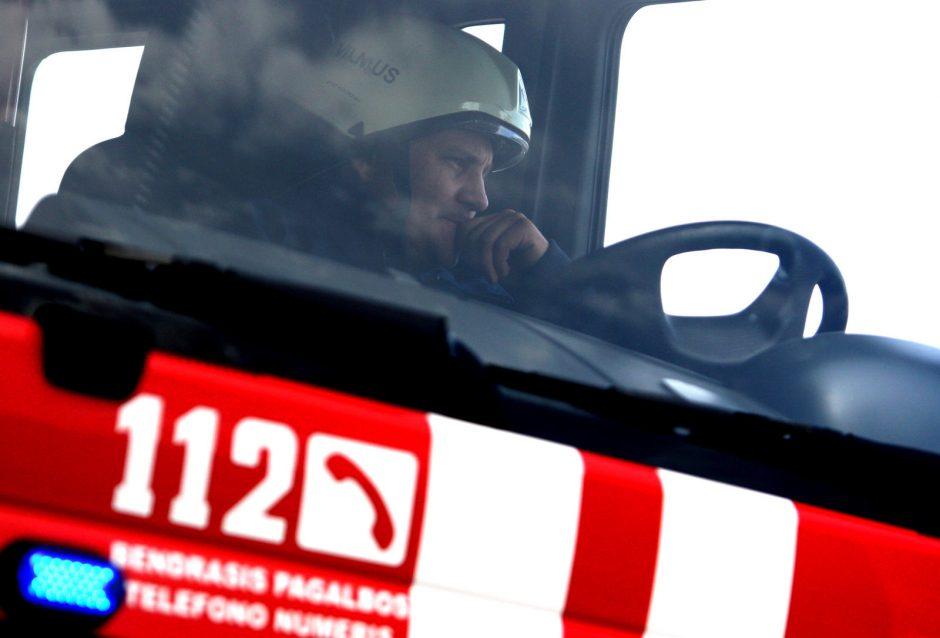 Raseinių rajone užsidegė dujas gabenęs vilkikas, autostradoje stabdomas eismas