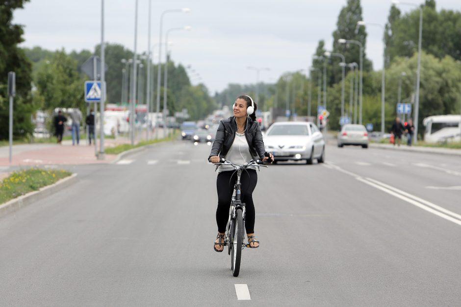 Pareigūnai su ausinėmis važinėjančių dviratininkų bausti negali