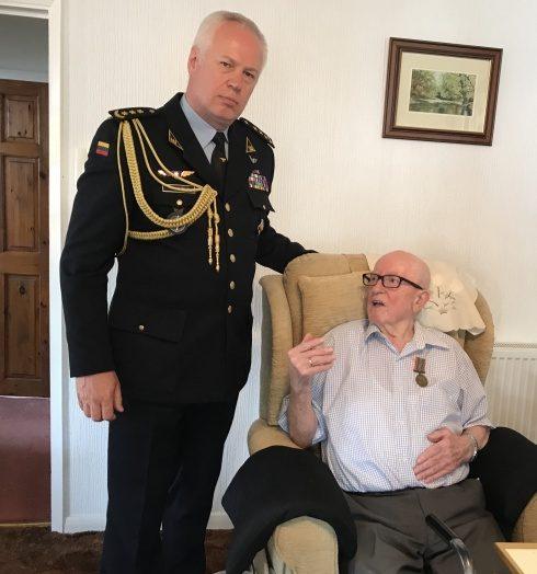 Britanijos lietuviui įteiktas Lietuvos kariuomenės kūrėjų savanorių medalis