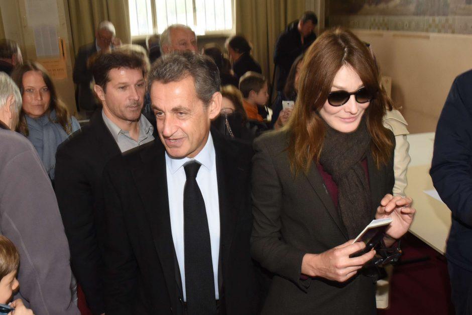 C. Bruni naujame angliškų perdirbinių albume palaiko vyrą
