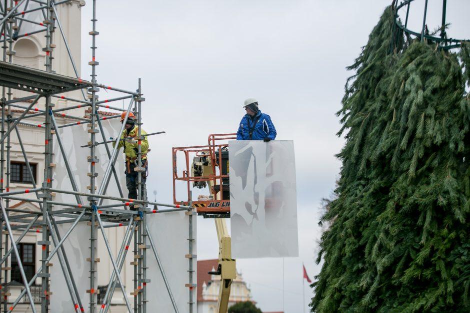 Rotušės aikštėje jau kyla Kalėdų miestelio stogai