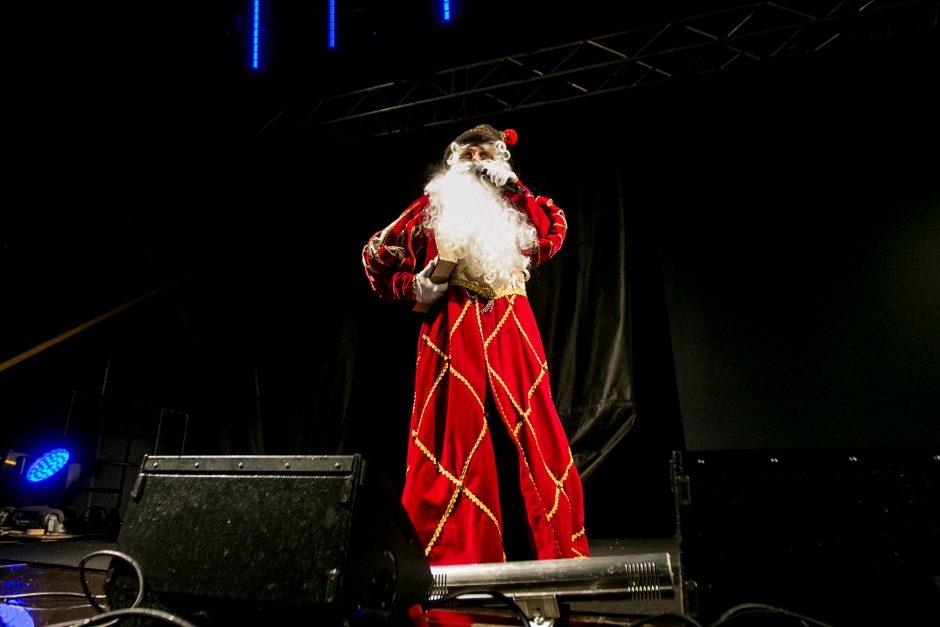 Raudondvaryje įžiebta pagrindinė Kauno rajono eglutė