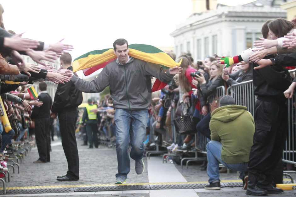 Į Lietuvą sugrįžusius Europos vicečempionus pasitiko minios gerbėjų ir šalies vadovai